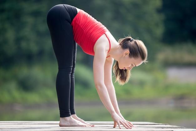 Молодая женщина, повышение гибкости