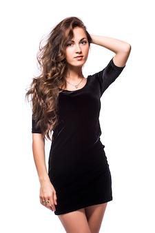 白い背景の上に分離された黒いドレスの若い女性