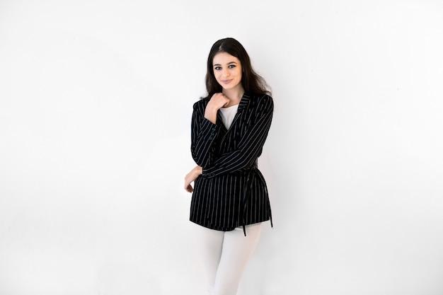 黒のジャケットの若い女性