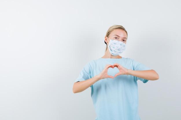 医療マスクと青いtシャツの若い女性