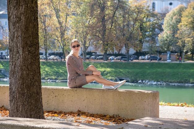 Молодая женщина в повседневном платье и солнцезащитные очки