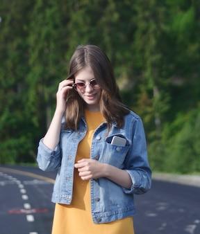 Молодая женщина в джинсовой куртке
