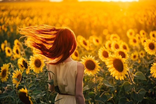 Молодая женщина в поле подсолнухов
