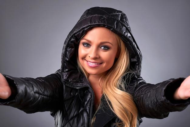 Молодая женщина в куртке