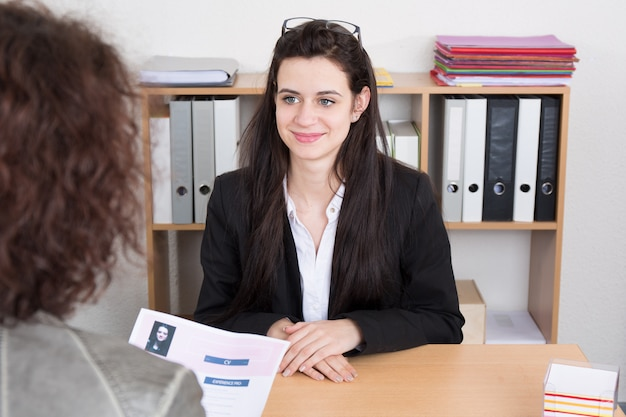 Молодая женщина на собеседовании с женщиной-менеджером