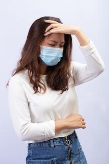 Молодая женщина в медицинской маске паникует из-за коронавируса. понятие коронавируса и паники гриппа.