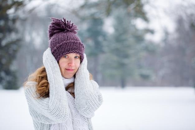 프 로스트에 스웨터에 젊은 여자