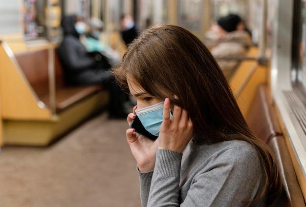Молодая женщина на станции метро