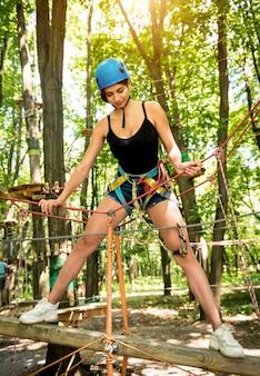 冒険ロープパークの若い女性