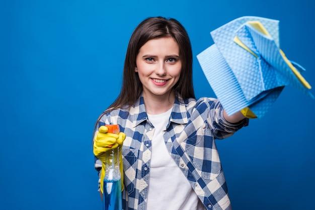 Молодая женщина в изолированной фартуке. концепция очистки