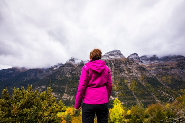 オルデサとモンテペルディド国立公園、スペインの秋の若い女性