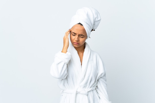 두통으로 고립 된 흰색 위에 목욕 가운에 젊은 여자