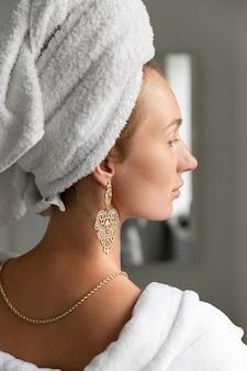 화장실에서 젊은 여자. 피부 관리 루틴. 느린 생활 중지 서두르고 즐기는 생활 개념