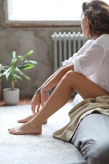 Молодая женщина в постели утром