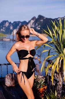 タイで休暇中の黒いビキニの若い女性