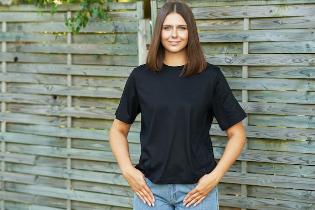 黒のシャツを着た若い女性。高品質の写真