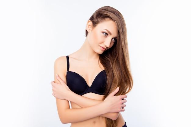 Молодая женщина в черном нижнем белье