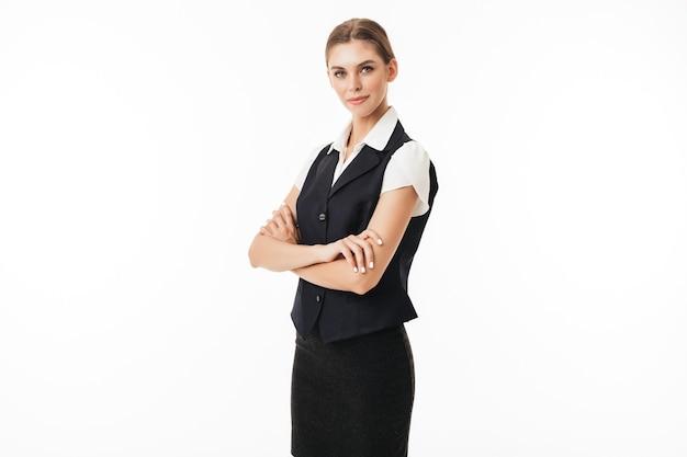 黒のベストと白のシャツを着た若い女性は思慮深く