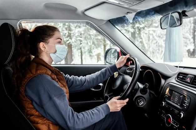 Молодая женщина за рулем автомобиля