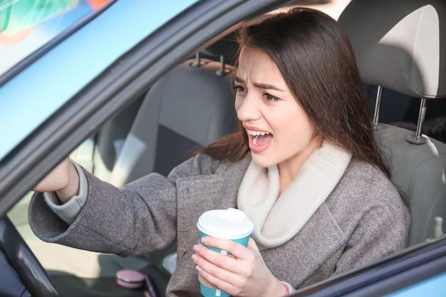 Молодая женщина в машине во время пробки