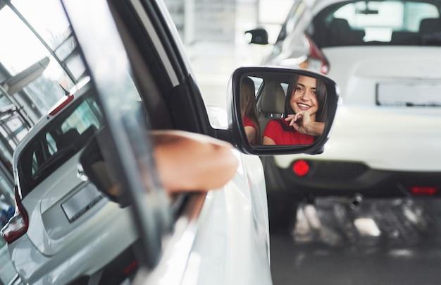 Молодая женщина в машине в помещении. водитель такси