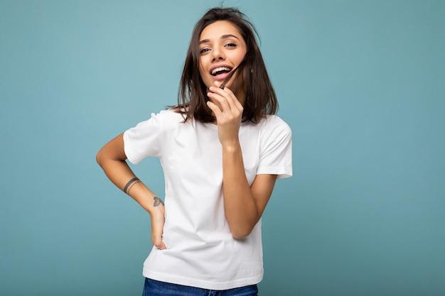 カジュアルな白いtシャツの若い女性