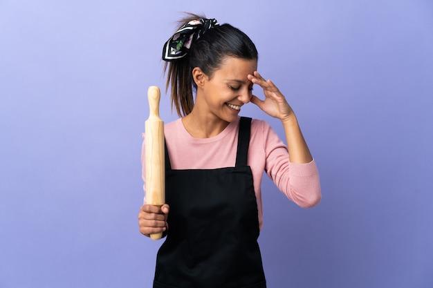 笑っているシェフの制服を着た若い女性