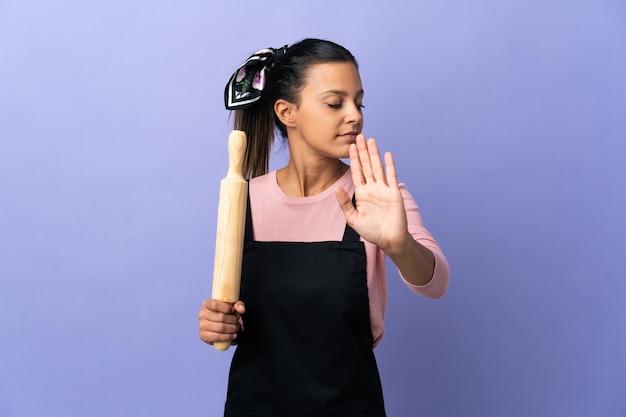 요리사 유니폼 만들기 중지 제스처에 젊은 여자와 실망