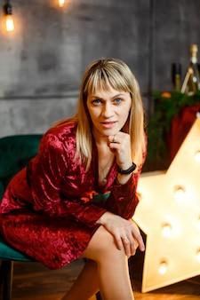 クリスマスのインテリアの若い女性。自宅で居心地の良いクリスマス