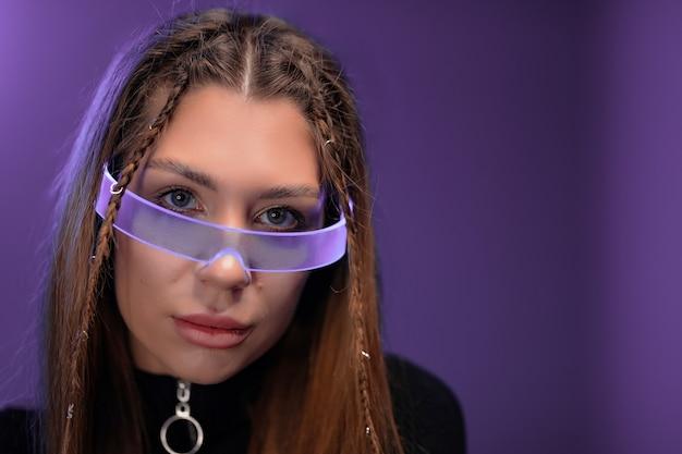 サイバーメガネの若い女性。未来のガジェット。高品質の写真