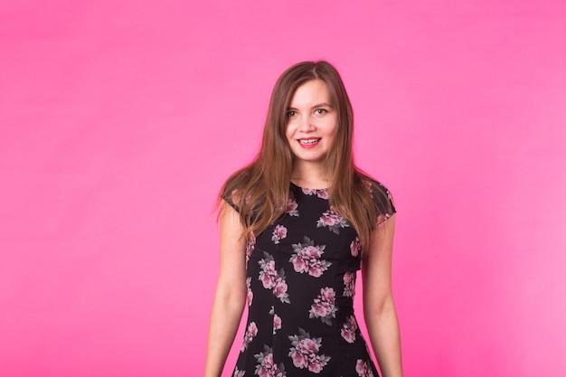 エレガントな夏のドレスの若い女性