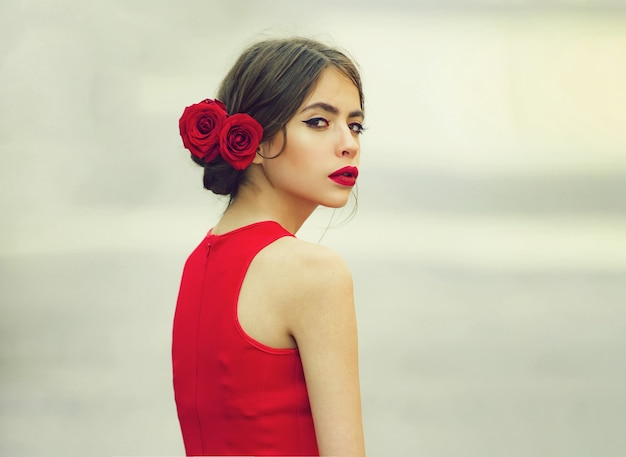 유행, 빨간 드레스 산책에 젊은 여자. 아름다운 십대, 아름다움과 패션, 십대 사랑과 로맨스. 꿈 소녀는 사랑을 놓치고 있습니다.