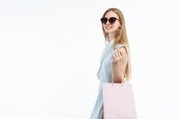 안경 쇼핑, 선물 가방 포즈에 젊은 여자