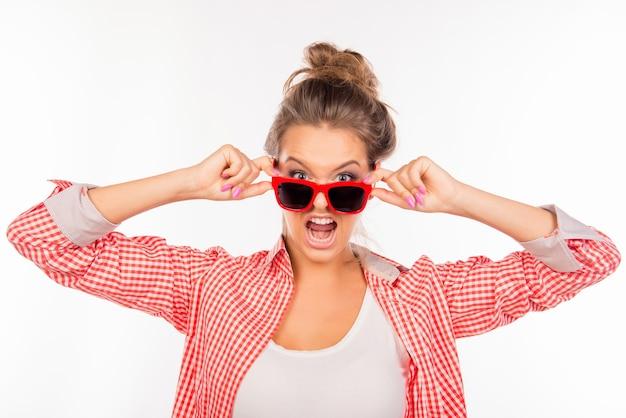 怒った表情で眼鏡をかけた若い女性
