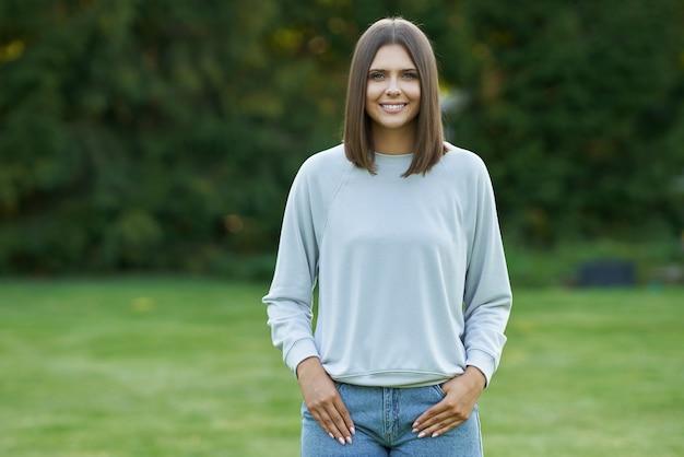灰色のブラウスの若い女性。高品質の写真