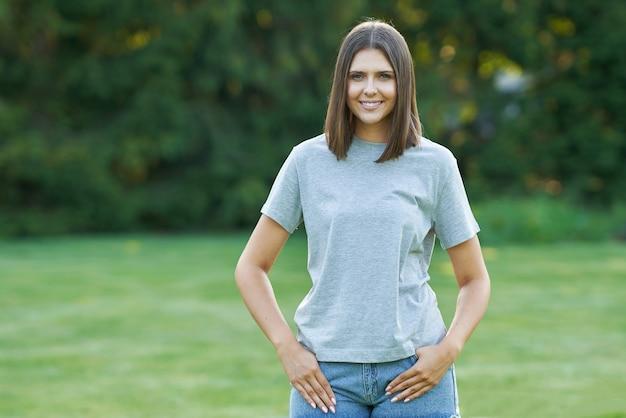 灰色のシャツを着た若い女性。高品質の写真