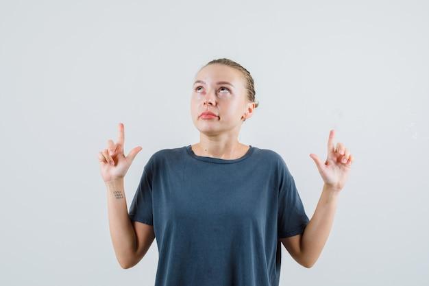 灰色のtシャツを着た若い女性