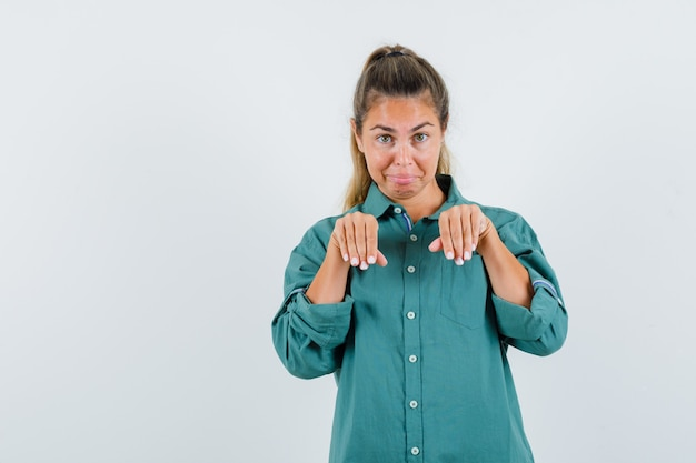 緑のブラウスを着た若い女性が来て、かわいく見えるように誘う