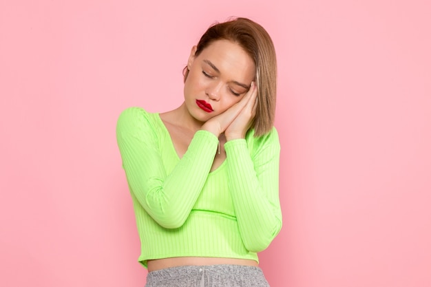 緑のシャツと灰色のスカートが眠ろうとする若い女性