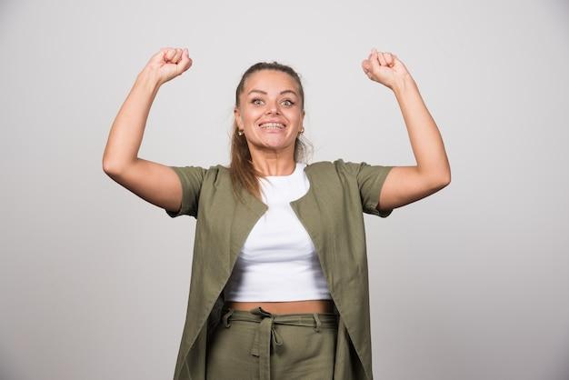 幸せな感じの緑のシャツを着た若い女性。