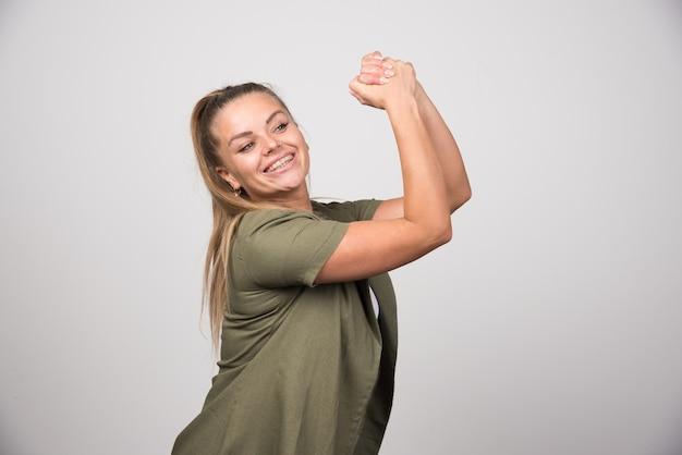 그녀의 손을 잡고 녹색 셔츠에 젊은 여자.