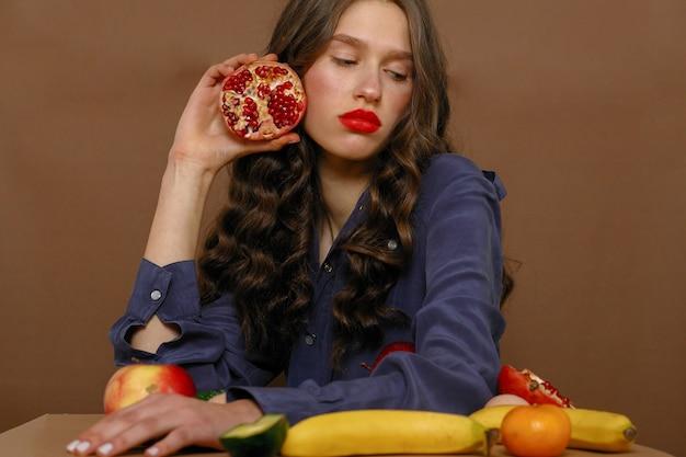 과일의 그룹에 젊은 여자. 건강 관리 및 건강한 영양 개념입니다.