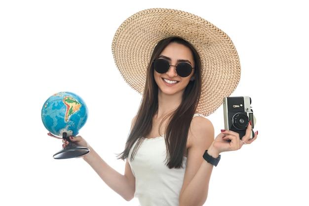 글로브와 카메라를 들고 모자에 젊은 여자