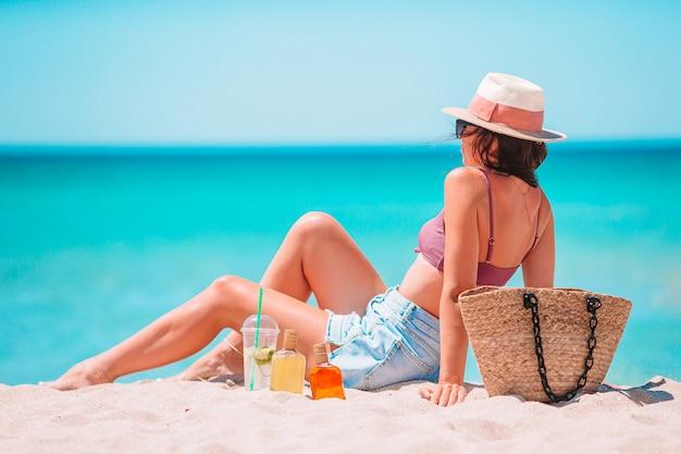 Молодая женщина в шляпе на пляжном отдыхе