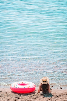 ビーチでの休暇の帽子の若い女性