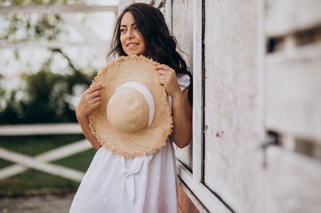 休暇中にドレスを着ている帽子の若い女性