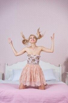 彼女の寝室で若い女性