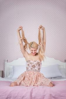 Молодая женщина в ее спальне