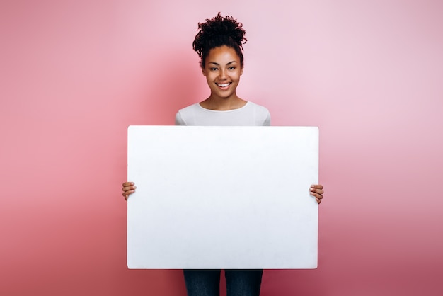 Молодая женщина, держа в руках пустое письмо перед ней