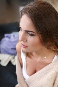 Молодая женщина в легких весенне-летних нарядах